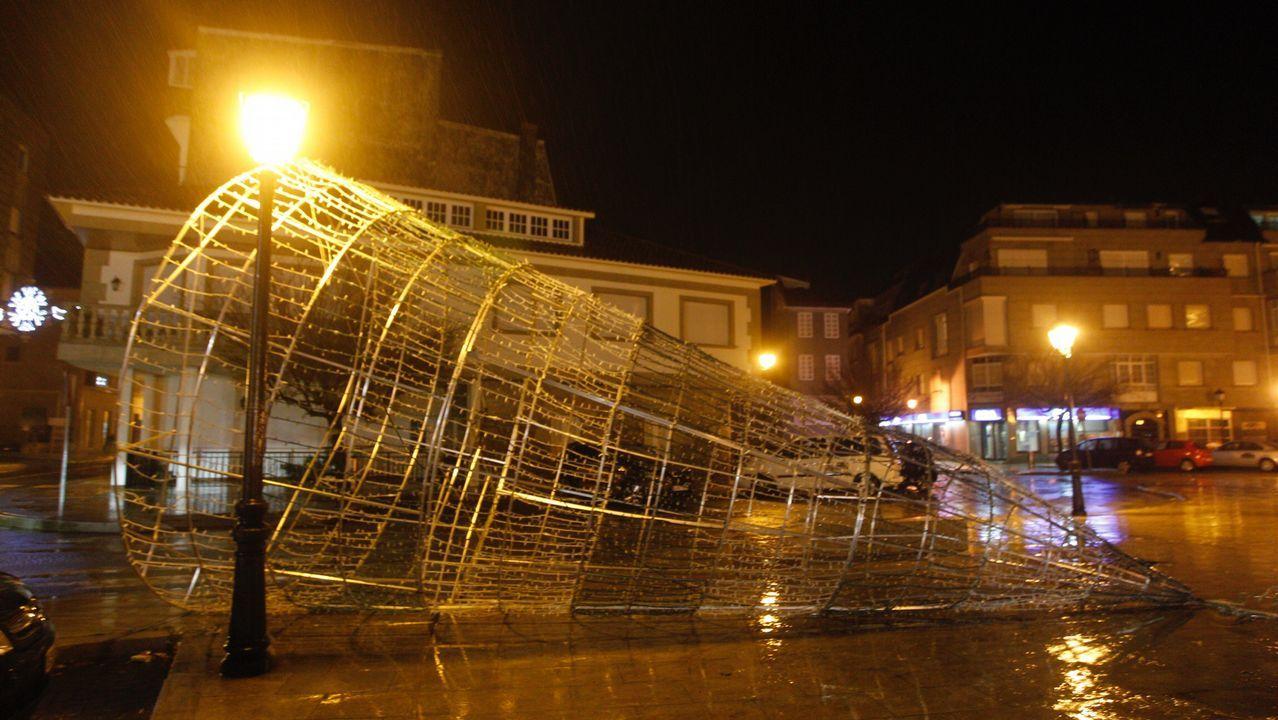 Las fuertes ráfagas derriban el árbol navideño de Vilanova de Arousa
