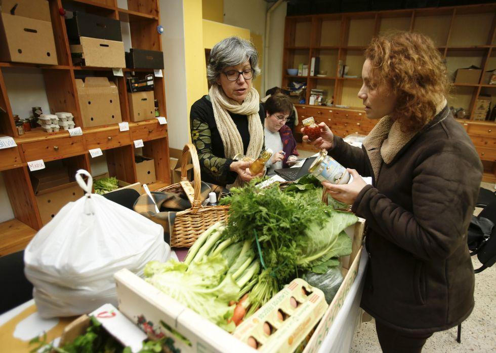 Momento de la preparación de las cajas con los productos alimentarios para las familias.