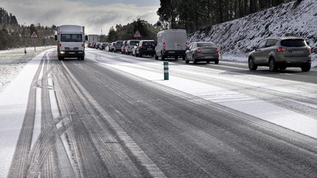 Barbanza tiñe sus carreteras de blanco.