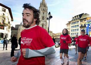 Fernando Alonso, ayer en Oviedo durante la carrera solidaria en la que participó