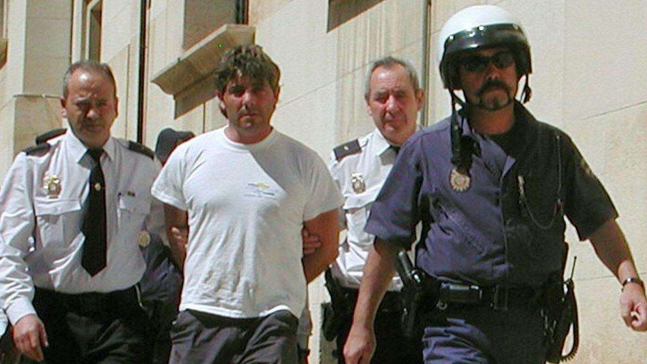 Agentes de la Policía Nacional llevan detenido en el 2003 a José Javier Salvador Calvo tras asesinar a su esposa, Patricia Maurel Conte