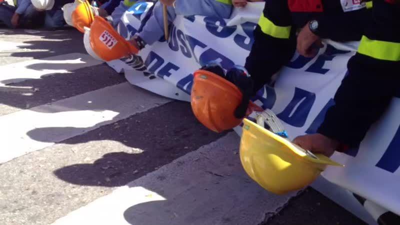 Protesta de los trabajadores de Alcoa en San Caetano.La entrada de las oficinas santiaguesas de la Xunta en San Caetano fue el lugar escogido para la protesta.