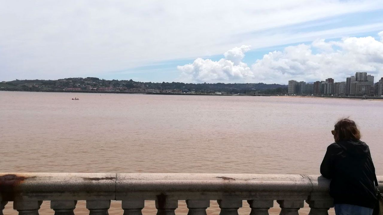 .Mancha en la playa de San Lorenzo de Gijón tras las fuertes lluvias