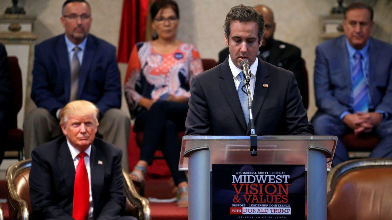 El presidente Donald Trump escucha a Michael Cohen durante una intervención en Ohio