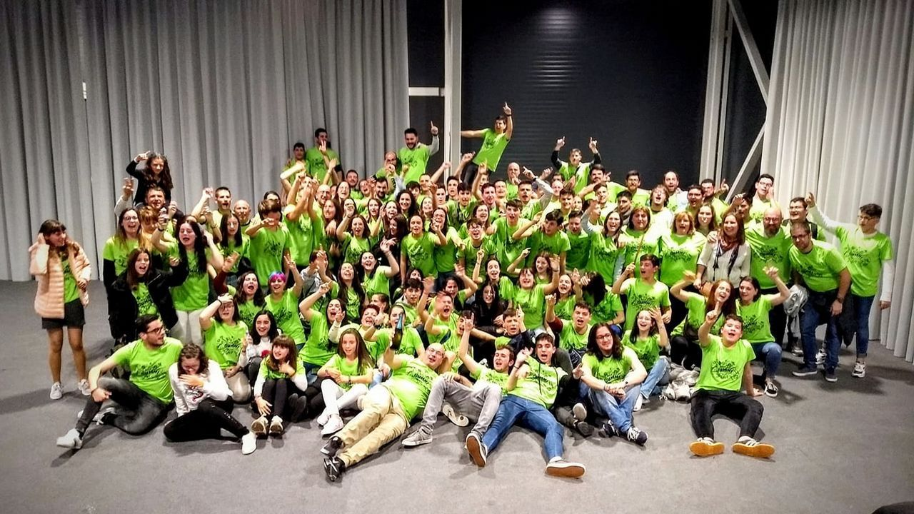 Los jóvenes diseñadores premiados en la Mostra do Encaixe de Camariñsa.Factoría de Alcoa en Avilés