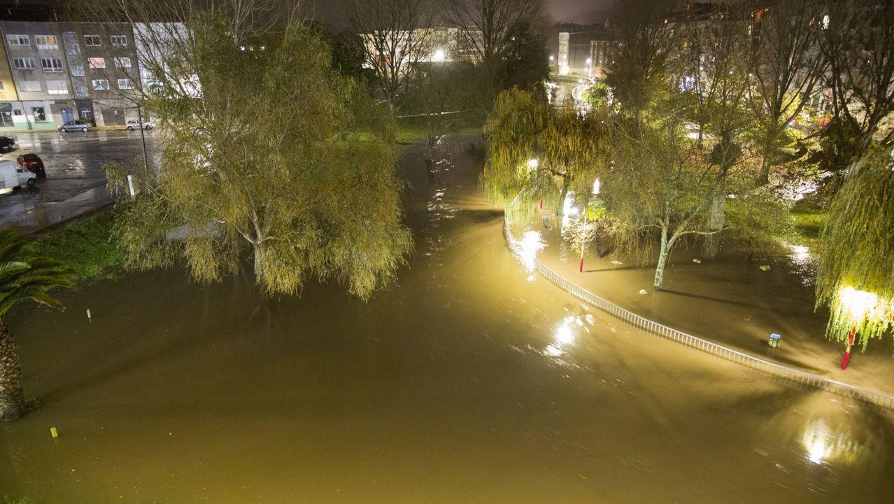 El temporal inunda Vimianzo y deja fuerte oleaje en la costa