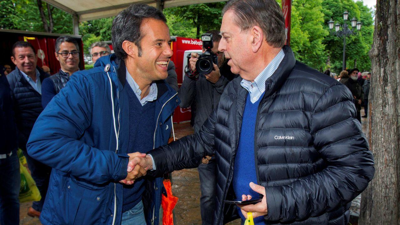 Los candidatos a la alcaldía de Oviedo por Ciudadanos, Ignacio Cuesta (i), y del PP, Alfredo Canteli, se saludan en el Campo San Francisco, durante la celebración del Martes de Campo