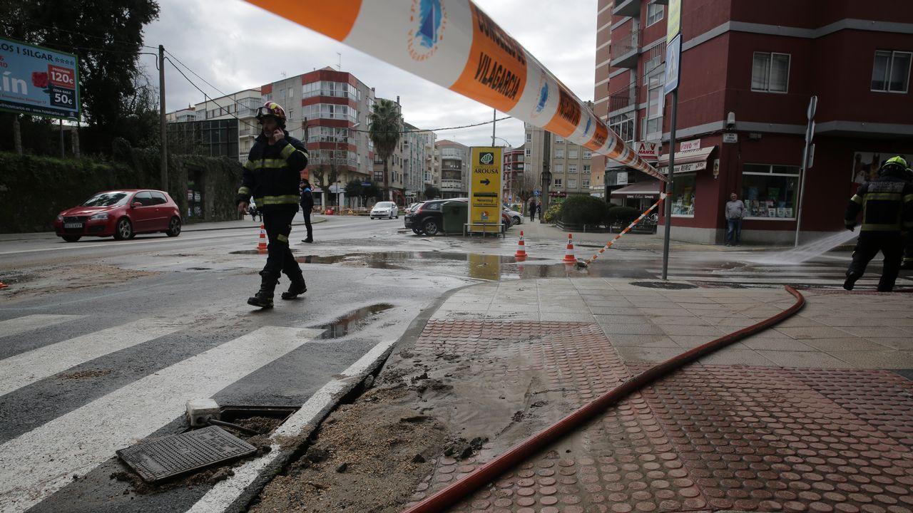 Rompe por enésima vez la tubería de la red de aguas en la calle Doctor Tourón en Vilagarcía