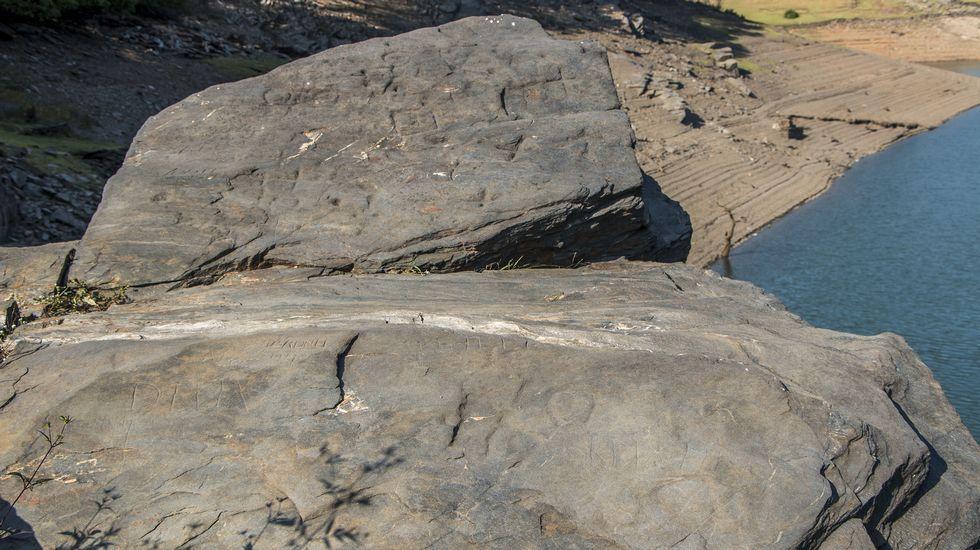 Las rocas donde se encuentran los petroglifos de Agro de Pepe solo están al descubierto cuando bajan las aguas del embalse