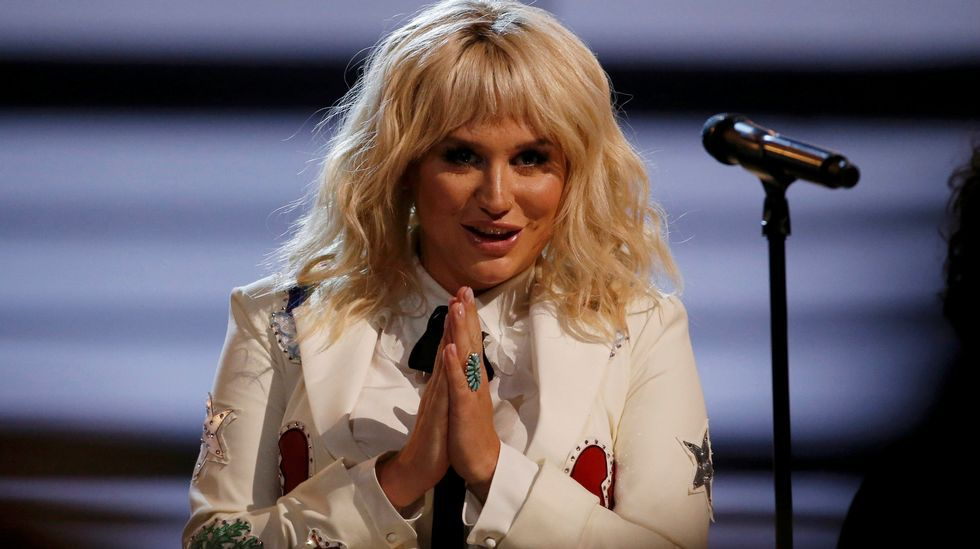 Kesha interpretó «It Ain't Me Babe»