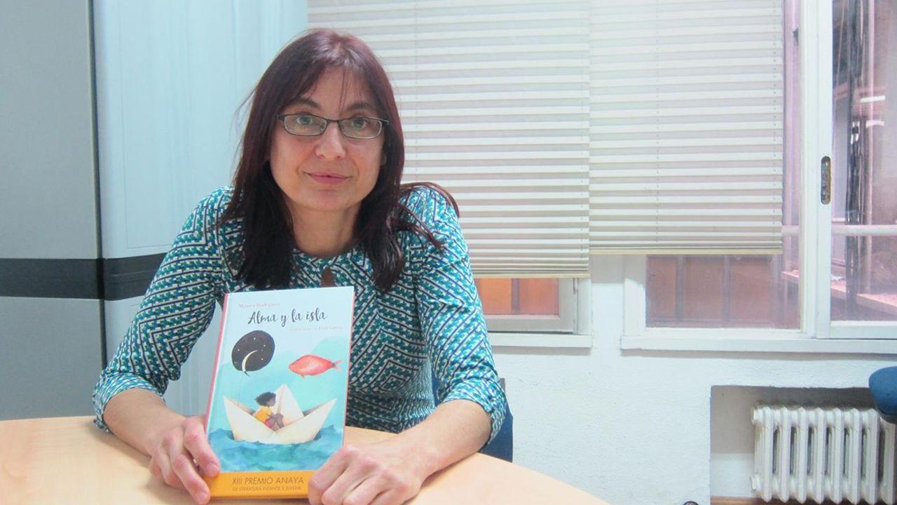 Mónica Rodríguez con uno de sus libros, «Alma y la isla»
