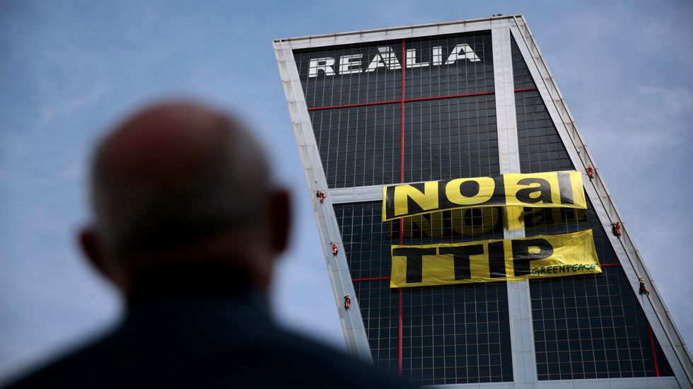 Activistas de Greenpeace pasan 11 horas en lo alto de las torres KIO.Activistas de Greenpeace protestan contra la extracción de petróleo en el Ártico durante una reunión del G-7 celebrada en abril del año pasado en Lüberck, Alemania