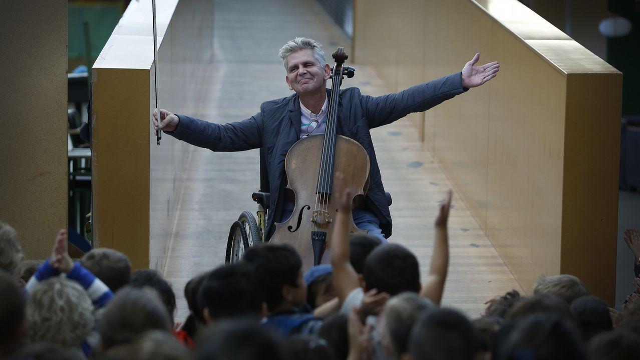 «Él necesitaba público y nosotros un músico».Xosé Castro recuerda que el Caravelle 10-R caó sobre el Pazo do Río y que la nave quedó desperdigada por Montrove, lugar en el que posa en esta fotografía