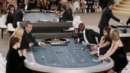 Las actrices Kristen Stewart y Lily-Rose Depp, y la modelo Lara Stone también participaron en la recreación del casino