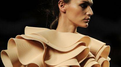 Una modelo luce una de los diseños de Amaya Arzuaga
