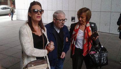 José Ángel Fernández Villa accede al juzgado apoyado en su hija y en su procuradora