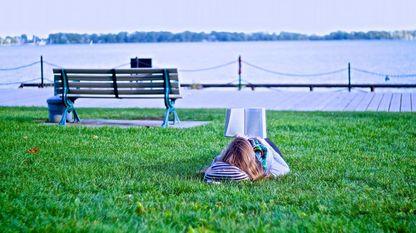 Ler nun xardín, no campo, na praia... ou na casa. Non é difícil xuntar natureza e libros coa selección presentamos nestas páxinas