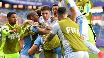 Los jugadores de la selección uruguaya sub-20 festejan con Fede Valverde su gol en cuartos de final del Mundial de la categoría.