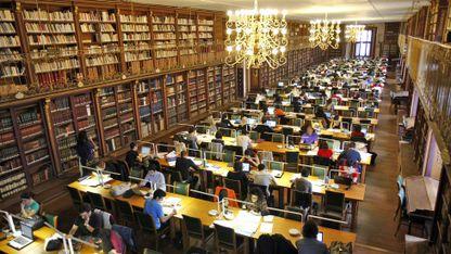 A tolerancia foméntana o coñecemento, a actitude de apertura, a comunicación e a liberdade de pensamento. Na imaxe, a biblioteca da Facultade de Historia da Universidade de Santiago