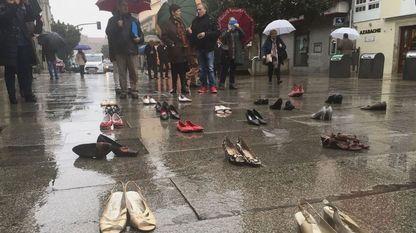 O pasado ano, Monforte celebrou o día internacional con 48 pares de zapatos cos nomes das mulleres asasinadas até esa data no 2016