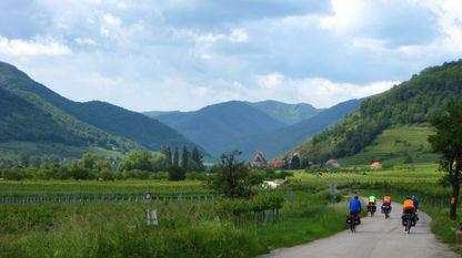 Ruta, situada en Austria, da rede EuroVelo. Á esquerda dos ciclistas pódese ver un dos sinais verdes característicos destes traxectos
