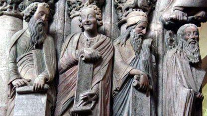 El profeta Daniel (segundo por la izquierda) del pórtico de la Gloria de la catedral compostelana, obra del maestro Mateo que fue realizada por encargo del rey Fernando II de León