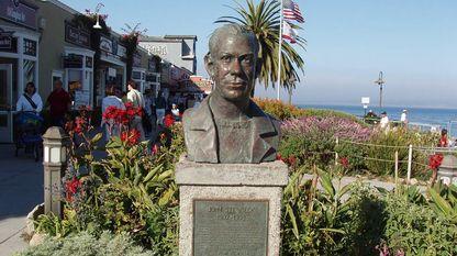 Busto de John Steinbeck en Monterrey, California