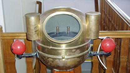 A bitácora dun barco está formada por un compás central e dúas pezas esféricas de metal que poden axustarse para compensar o efecto magnético da estrutura metálica do buque