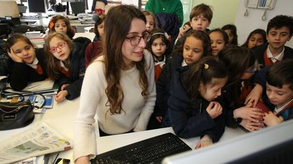 Visita de alumnos del colegio San Francisco a las instalaciones de La Voz de Galicia en Arousa, el año pasado con motivo de la Semana de la Prensa en la Escuela
