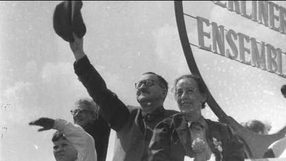 Bertolt Brecht con su esposa, Helene Weigel, en mayo de 1954
