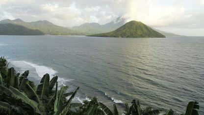 Maitara y Pulau (Tidore Island), dos  de las islas de las especias, las Molucas (Indonesia)