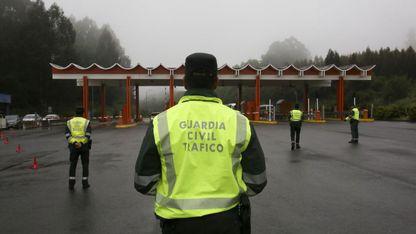 Guardias civiles preparados para realizar un control de drogas y alcohol en el peaje de la AP-9 en Fene.