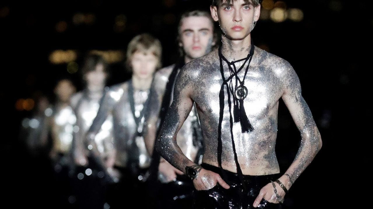 .Varios modelos presentan creaciones de Ives Saint Laurent en Liberty State Park, en Jersey City (EE. UU.)