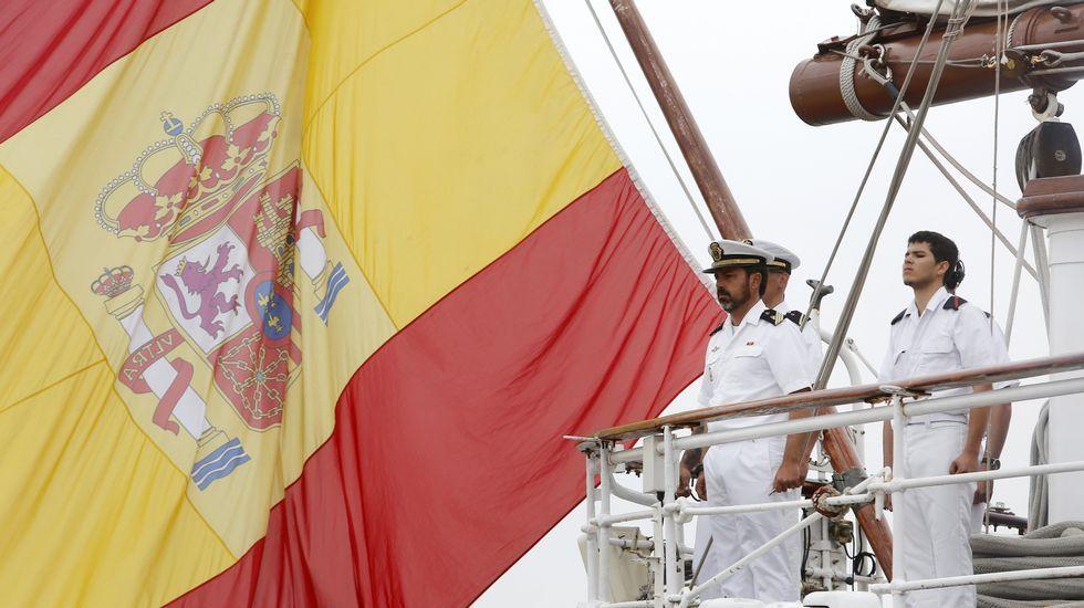Llegada del buque Juan Sebastián de Elcano.Rajoy y Cospedal saludan a los representantes de la Asociación de Víctimas del Yak-42