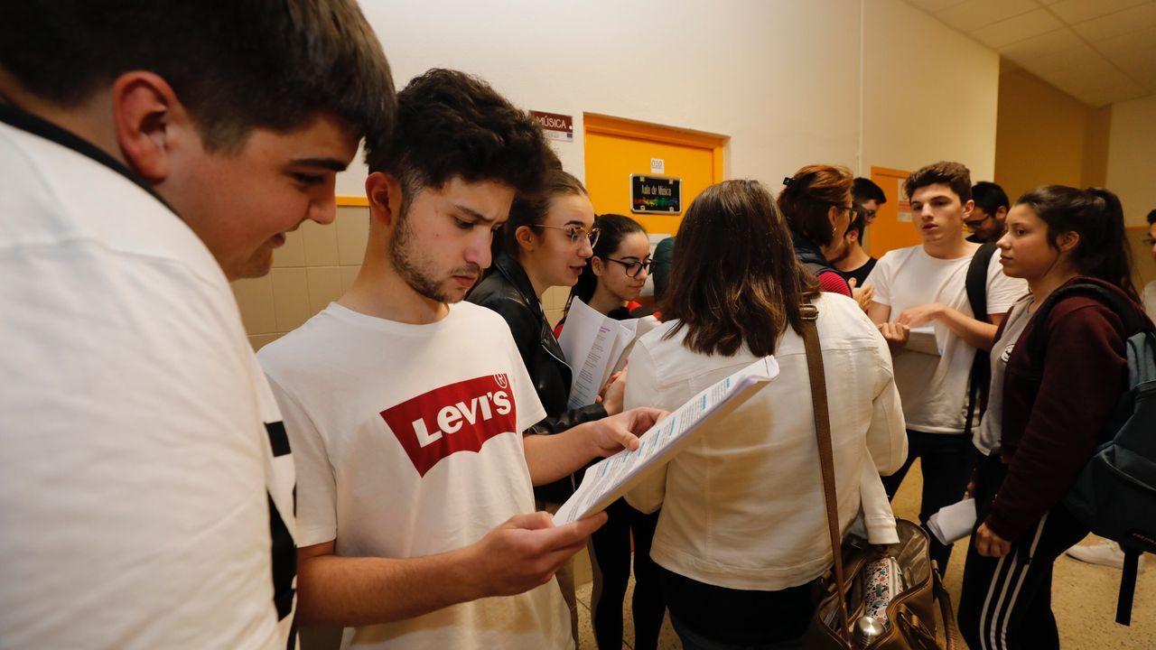 Pruebas de selectividad en el IES Vilar Ponte de Viveiro. Alumnos repasando los apuntes en el descanso