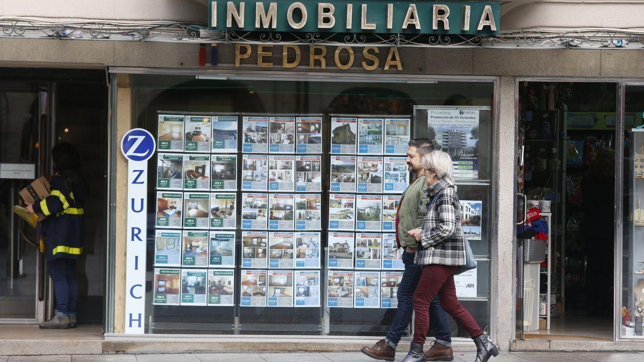 Entra en vigor el nuevo decreto de alquiler.Carlos, a la izquierda, dialogando con Carmen tras recibir las llaves de la casa okupada