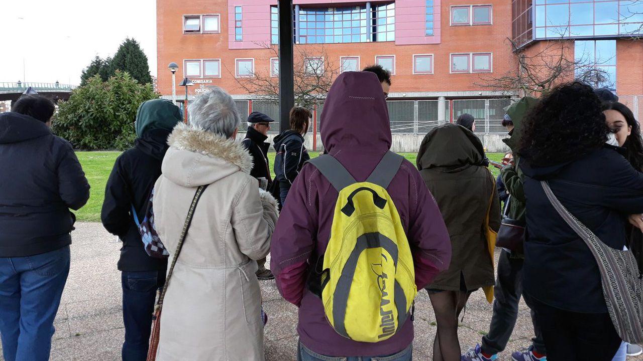 Concentración frente a la comisaría de Gijón