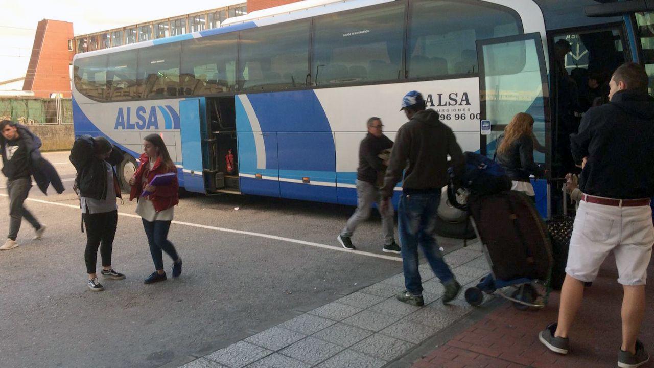 La alcaldesa de Avilés, Mariví Monteserín.Los autobuses llegan a Avilés cargados de personas que van a participar en la manifestación de Alcoa