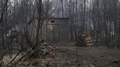 Casa quemada a causa del incendio forestal.