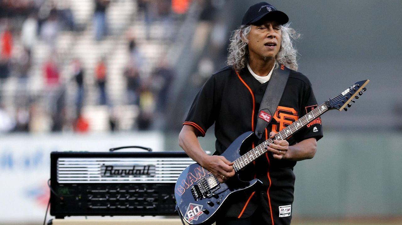 Kirk Hammet toca el himno estadounidense antes de un partido de béisbol