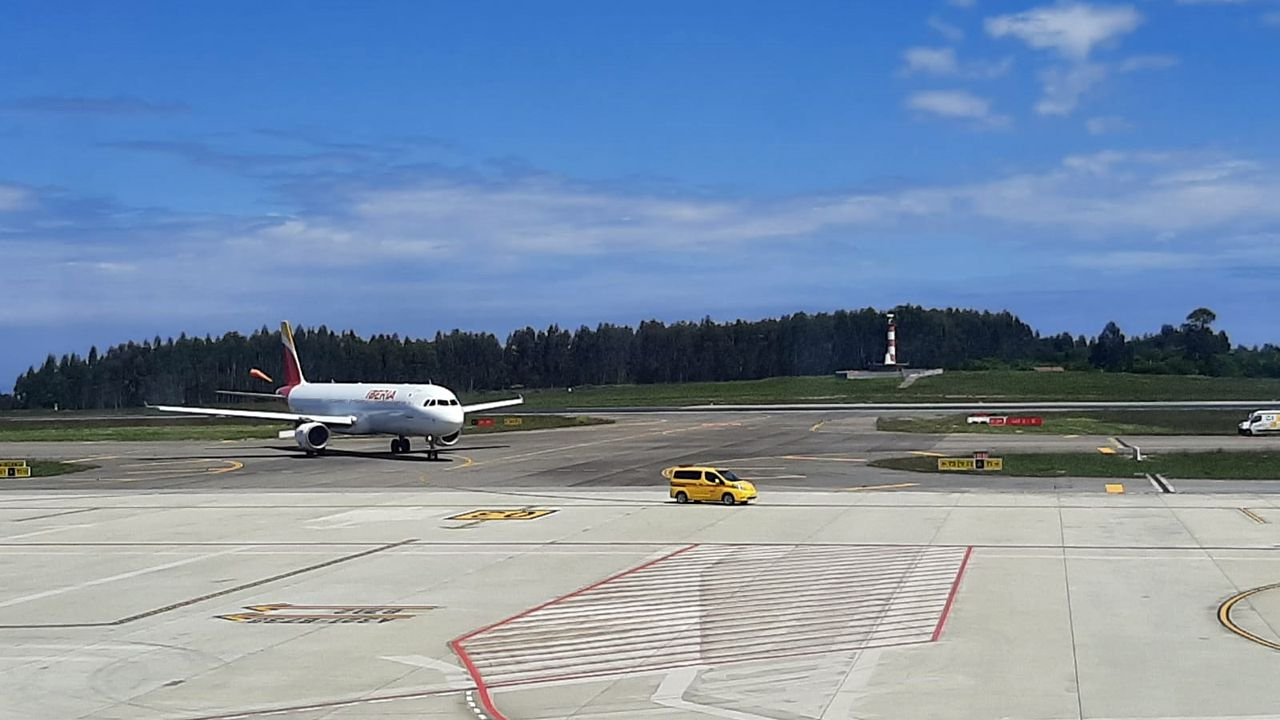 Centro penitenciario de Villabona.Avión de Iberia averiado en la pista del Aeropuerto de Asturias