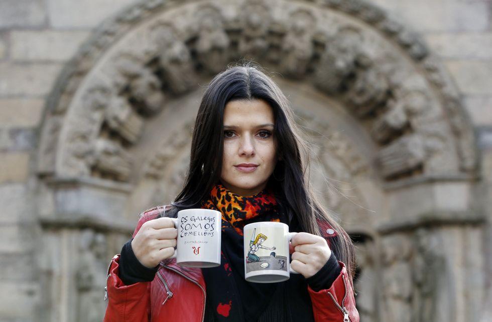 Sabela Arán, Gloria en «Serramoura», con dos de las tazas de la colección.