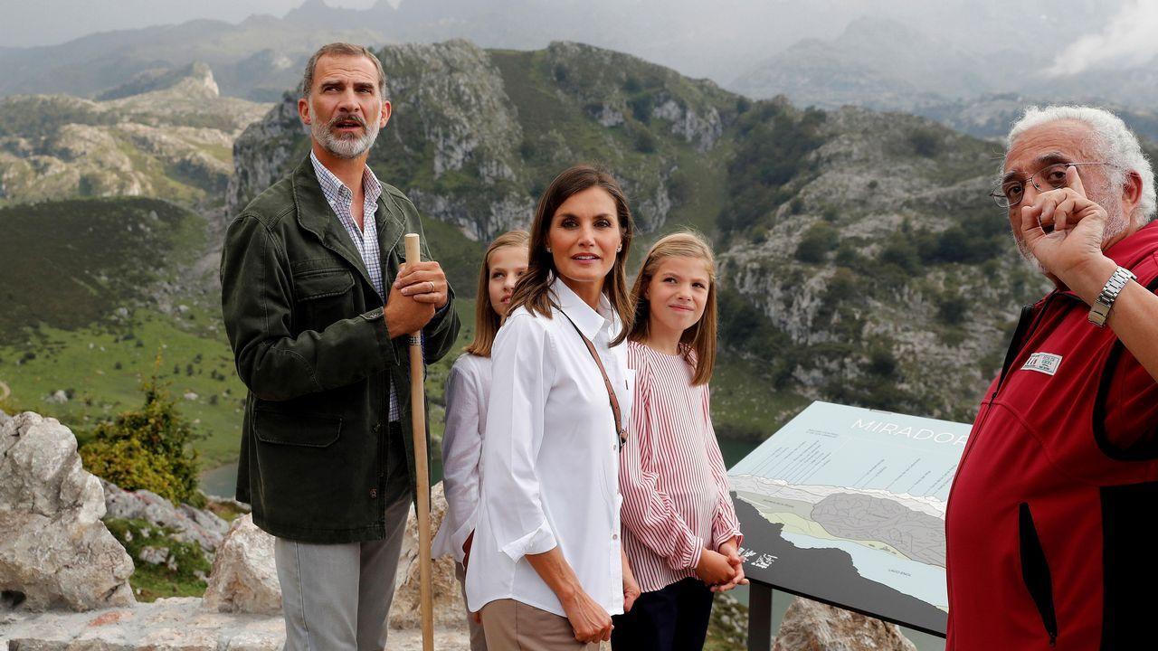 Los reyes Felipe (i) y Letizia (c), la princesa Leonor (2i) y la infanta Sofía durante el recorrido con motivo de la celebración del primer centenario del Parque Nacional de la Montaña de Covadonga