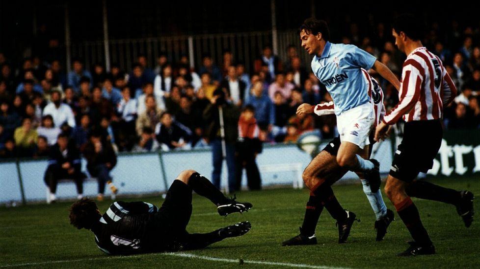 En su etapa como portero del Logroñés en un partido disputado en Balaídos (1993).