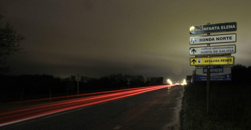 Desde O Ceao hasta el centro comercial no hay un solo punto de luz en todo el tramo de carretera