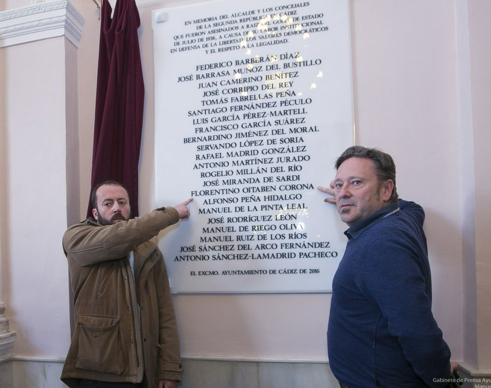 .Imagen de Florentino Oitabén Corona. A la derecha, ayer en Cádiz, dos de sus nietos, Miguel Iglesias y José Luis Oitabén, señalan el nombre en la placa.