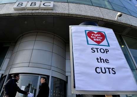 Trabajadores en huelga repartían ayer folletos en la entrada de la sede central de la BBC.