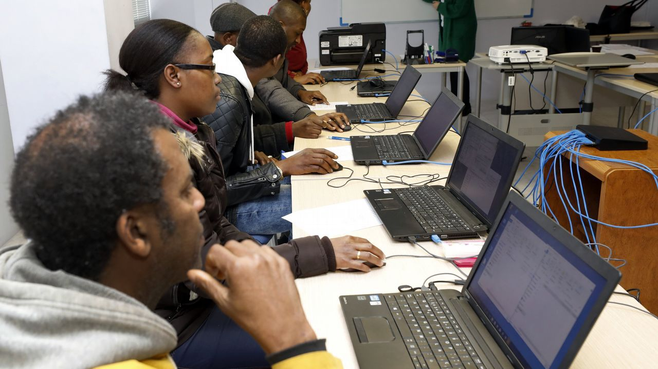 Inmigrantes de Burela reciben clases de informática