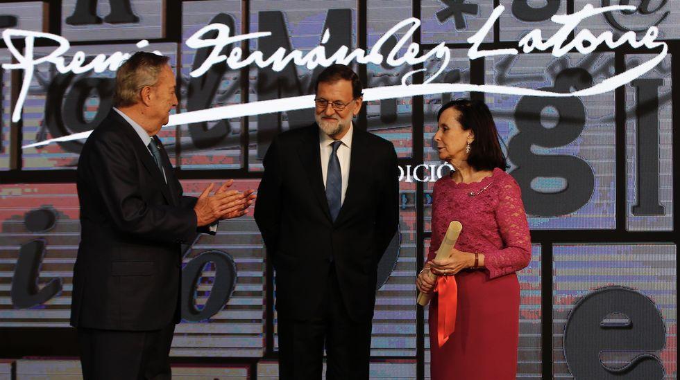 María Emilia Casas recibe en La Voz de Galicia el Premio Fernández Latorre.Josep María Jové