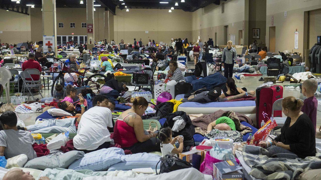 Cientos de personas han acudido al refugio de emergencia en un centro de exposiciones de Miami.